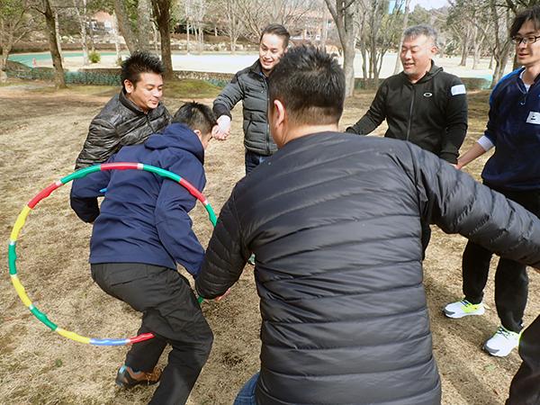フラフープを使った活動でチームワークとリーダーシップを学ぶ